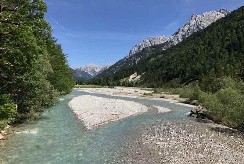Der Gasthof liegt direkt in der schönen Natur des Karwendelgebirge, die Wanderwege starten bei der Haustüre