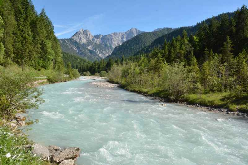 Der türkisgrüne Rißbach bei Hinterriß mit den Spitzen des Karwendelgebirge