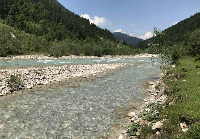 Im glasklaren Wasser am Rißbach können die Füße nach dem Abstieg entspannen