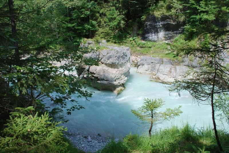 Türkisgrünes Wasser in der Rissbachklamm, versteckt im Bergwald