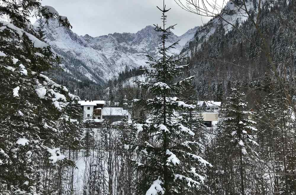 Bei Lenggries rodeln: Der Blick von der Rodelbahn auf den Ort Hinterriß mit dem Karwendel
