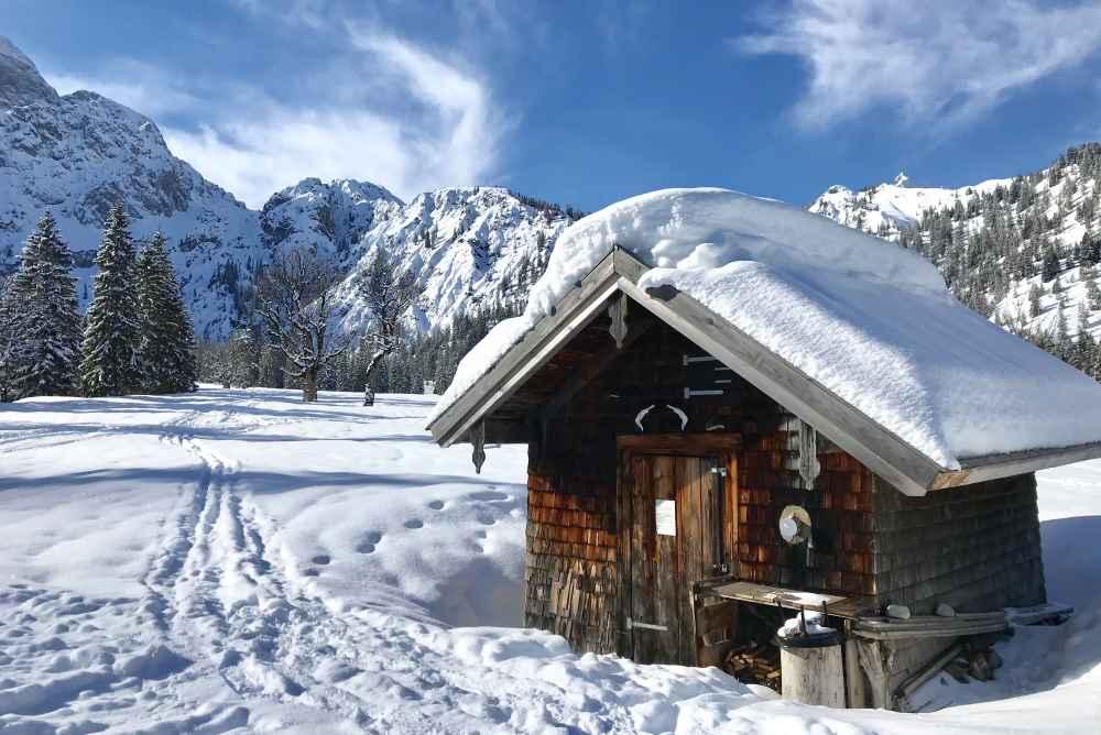 So ist es im Winter im Rontal mit den verschneiten Hütten