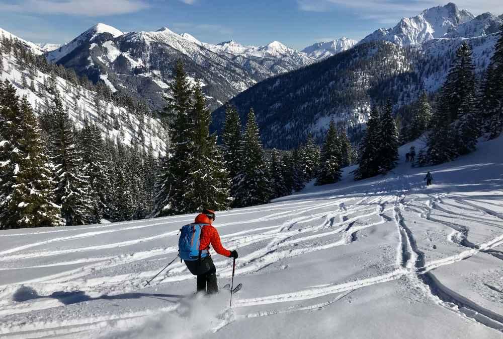Vom Gipfel des Hochalplkopf geht die Abfahrt der Skitour im Pulverschnee zur Rohntalalm