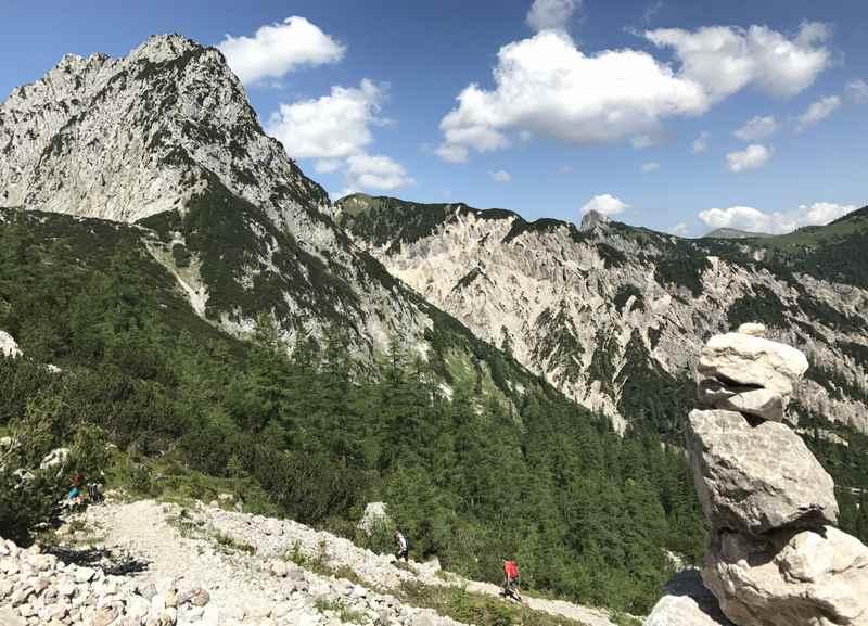Im Rontal von der Rohntalalm zur Torscharte wandern im Karwendelgebirge