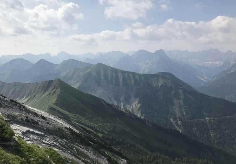 Der Ausblick vom Gipfel auf das leider diesige Karwendel, zum Glück gibt es die nächsten Tage mehr davon