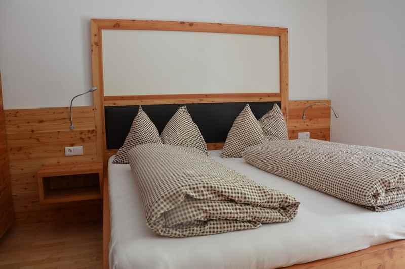 Das ist eines der Schlafzimmer in den Ferienwohnungen, sie sind in allen Wohnungen ähnlich