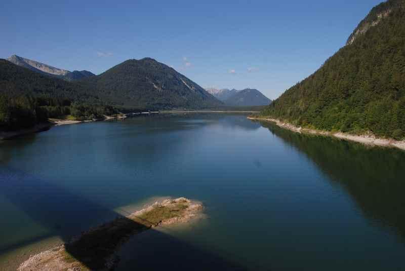 Nahe des Ahornboden: Der Sylvensteinsee in Fall am Rand des Karwendel, bei Lenggries