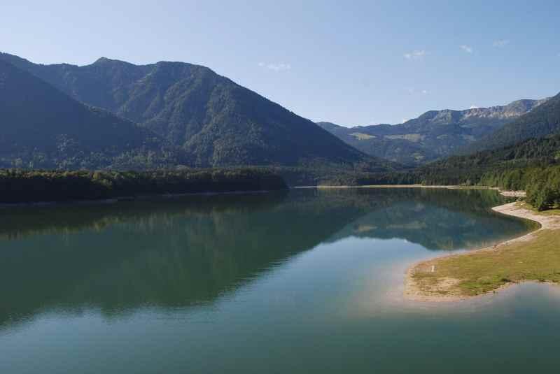 Das ist der Blick über den Sylvensteinspeicher mit dem Karwendel im Hintergrund