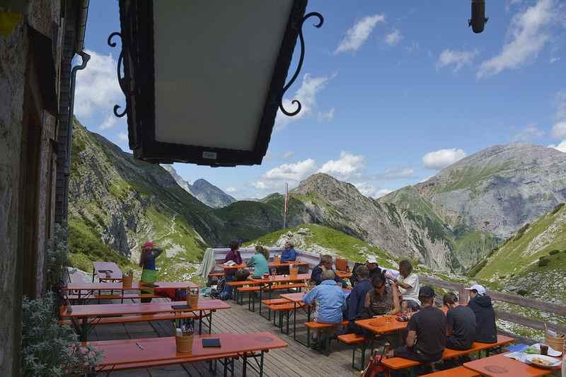 Wunderschön: Der Blick von der Terrasse auf die Berge