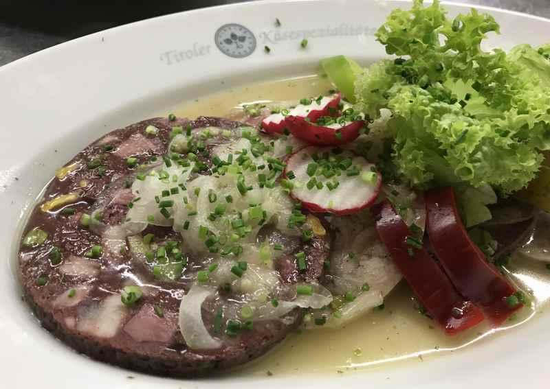 Die echte Bauernsulze - gute Tiroler Küche im Gasthof Post in Hinterriß
