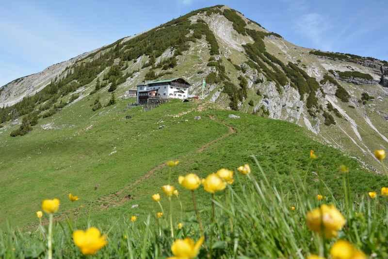 So schön liegt die Tölzer Hütte unterhalb des Scharfreiters im Karwendel