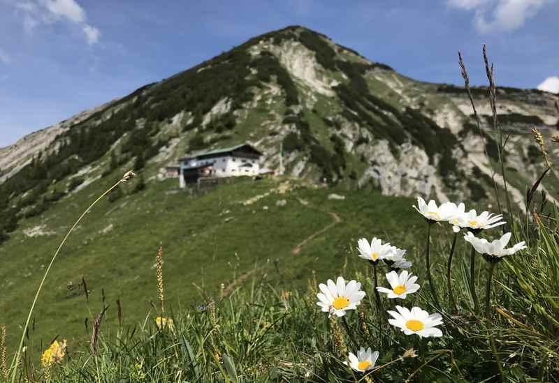 Die Tölzer Hütte auf der Karwendeltour in Tirol