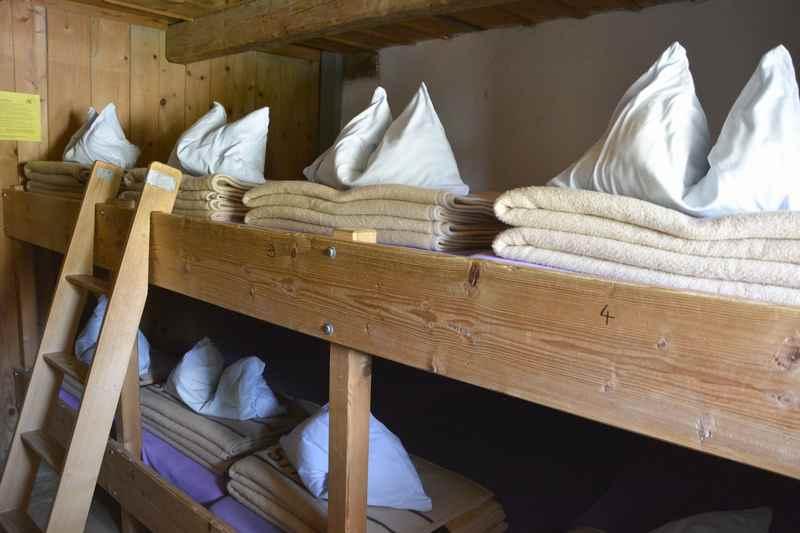 Das ist eines der Lager auf der Tölzer Hütte zum Übernachten am ersten Tag der Karwendeltour