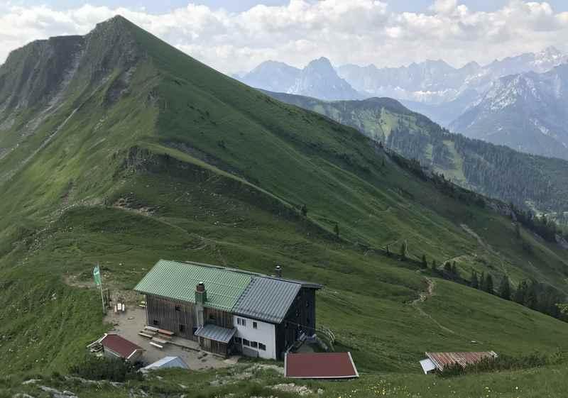 Der Abstieg vom Scharfreiter zur der Tölzer Hütte, hinten dann doch ein Panorama vom Karwendel
