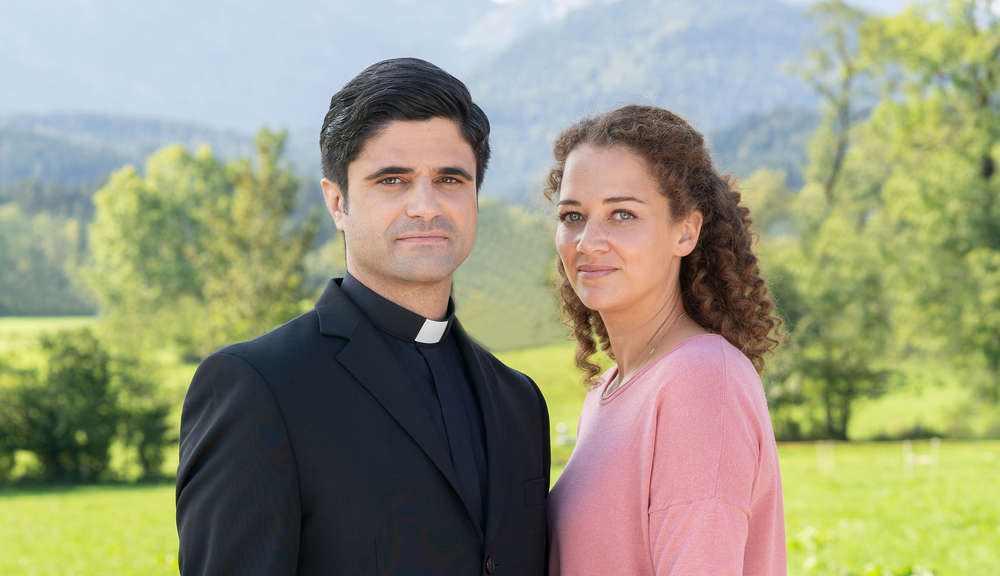 "Pfarrer Tonio mit ""seiner"" Familientherapeutin Julia, Foto: ZDF, Susanne"