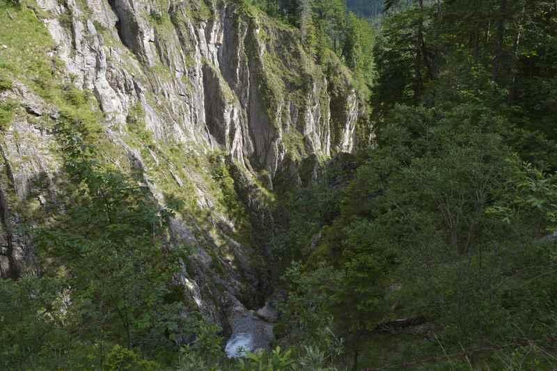 Der Blick vom Tortal Wanderweg hinunter in die Klamm beim Jungfernsprung