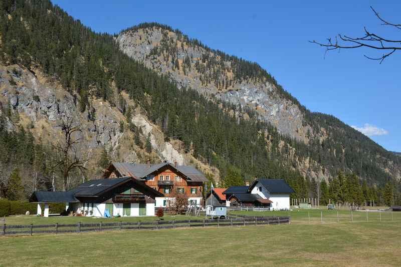Der Weiler Vorderriß in Bayern auf dem Weg zum Ahornboden