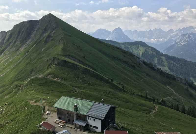Blick auf die Tölzer Hütte beim Abstieg vom Scharfreuter auf der König Ludwig Karwendeltour
