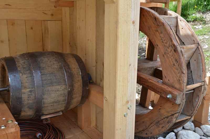 Das Wasserrad treibt ein Butterfass an - so wurde früher in der Eng die Milch zu Butter gemacht