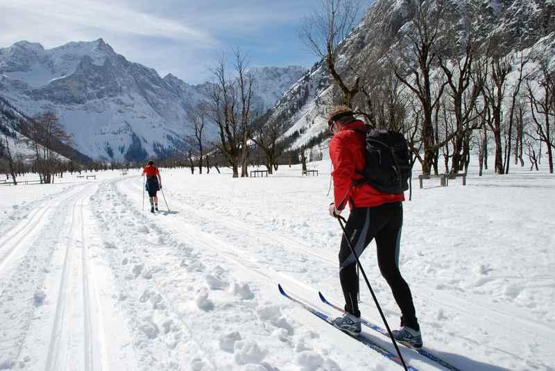 Der viele Schnee ist gut für die Karwendelloipe am Ahornboden - sollten Sie sich mal selbst auf Langlaufskiern anschauen.