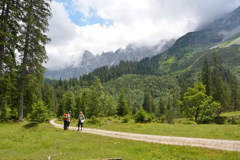 kleiner Ahornboden Wanderweg zur Falkenhütte im Karwendel
