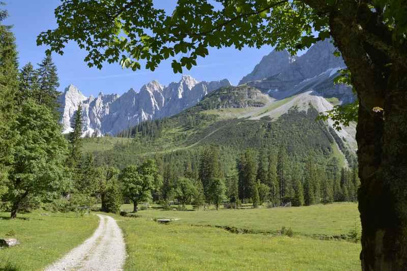 Auf diesem Weg über den kleinen Ahornboden führt die Karwendeltour