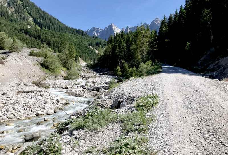 Auf diesem Forstweg geht die Mountainbiketour in Richtung kleiner Ahornboden und Falkenhütte
