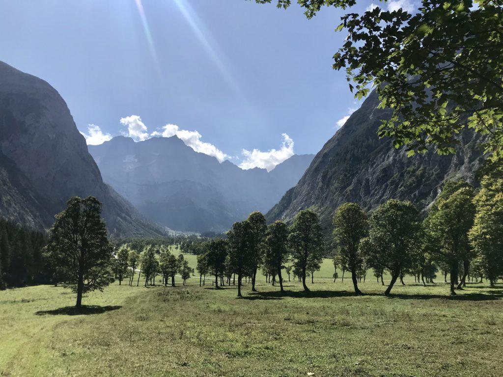 Der Blick über den Ahornboden - hinten die Spritzkarspitze im Karwendel