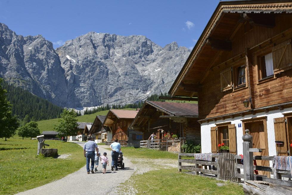 Ausflug Alpen mit Kinderwagen oder Rollstuhl - auf dem befestigten Weg durch das Almdorf
