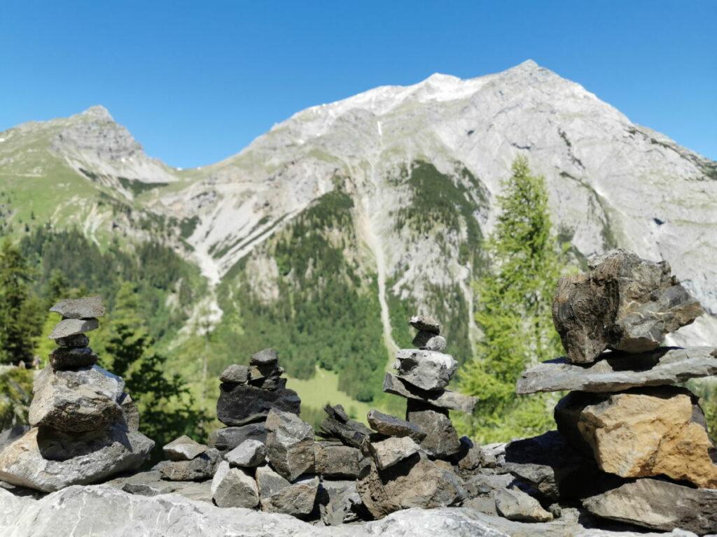 Am Wegesrand stehen einige Steinmännchen, du kannst auch Eines dazu bauen. Steine sind genug da.