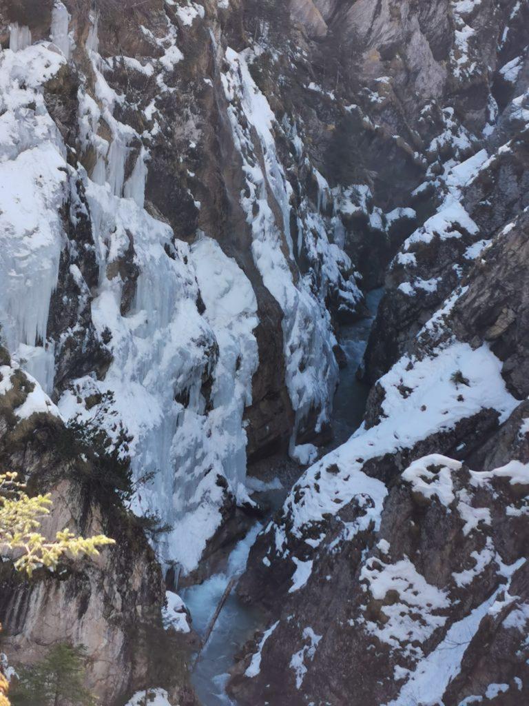 Johannestal im Karwendel: Riesige Eiszapfen in der Klamm