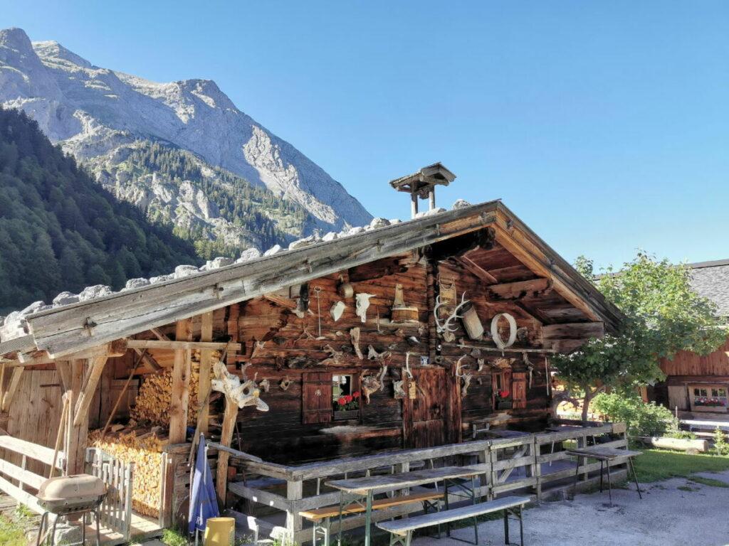 Musst du besuchen: Die urigen Hütten der Eng Alm, vom Parkplatz P10 bist du in rund 10 Minuten hier am Ahornboden