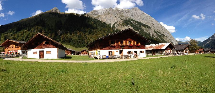 Panorama vom Almdorf Eng - in der Mitte ist die Nockhütte, wo du übernachten kannst