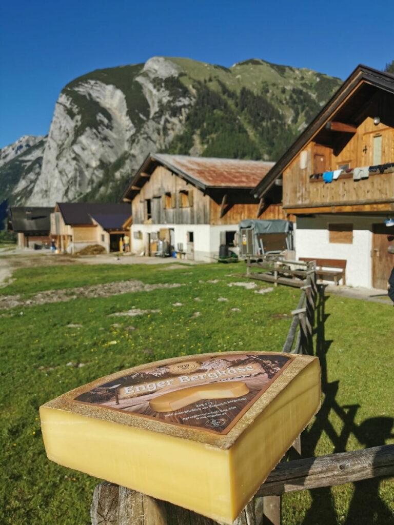 Denk daran, ein gutes Stück Enger Bergkäse im Bauernladen im Almdorf zu kaufen!