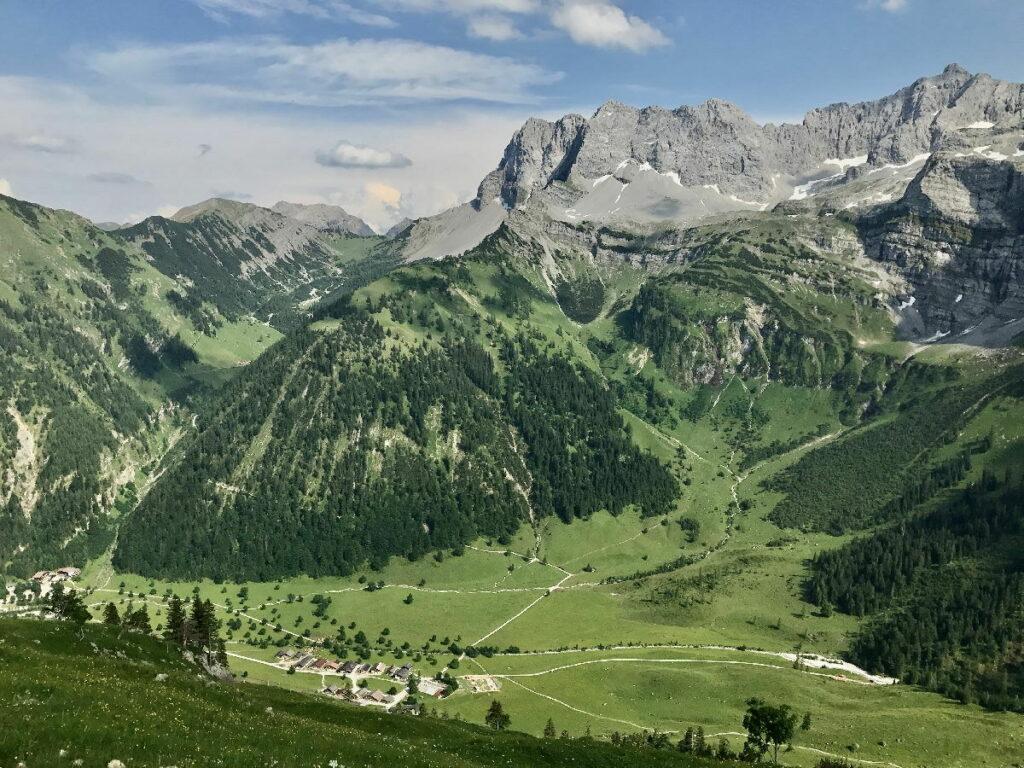 Das Engtal wird überragt vom steinernen Massiv der Lamsenspitze