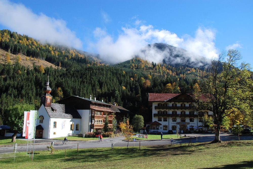 Rechts der Gasthof zur Post zum Übernachten, links die Kapelle in Hinterriß – zwischen Sylvensteinsee und Ahornboden im Karwendel