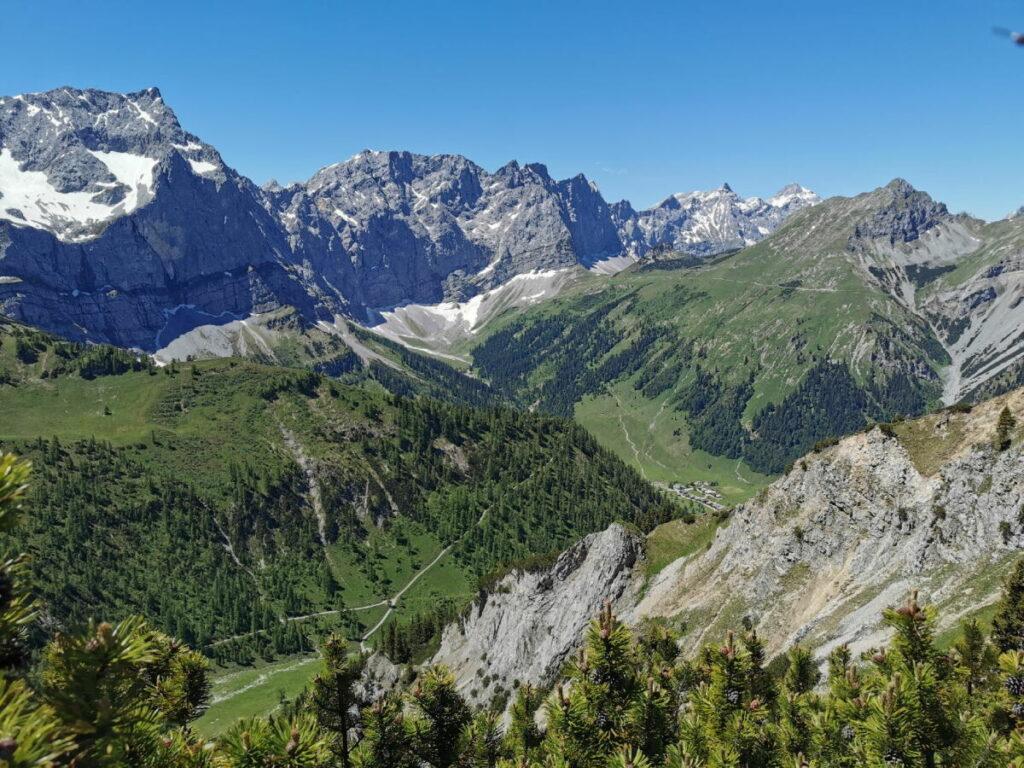 Panoramareich! Du siehst vom Hahnhkampl Wandersteig hinunter in die Eng und zum Hauptkamm des Karwendel