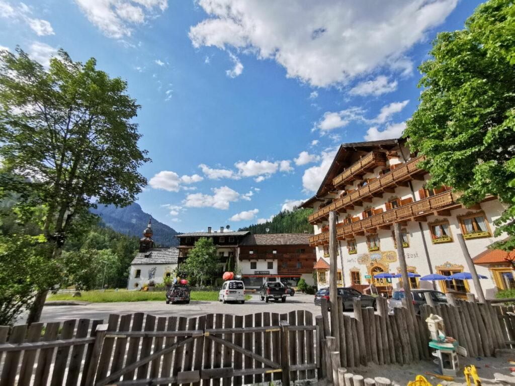 Der kleine Ort Hinterriß im Karwendel - 15 Kilometer vom Ahornboden  entfernt. Rechts der Gasthof zur Post zum Übernachten, links die Kapelle