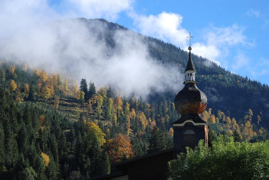 Ein Kirchturm - und viel Natur. Das ist der Ort im Karwendel