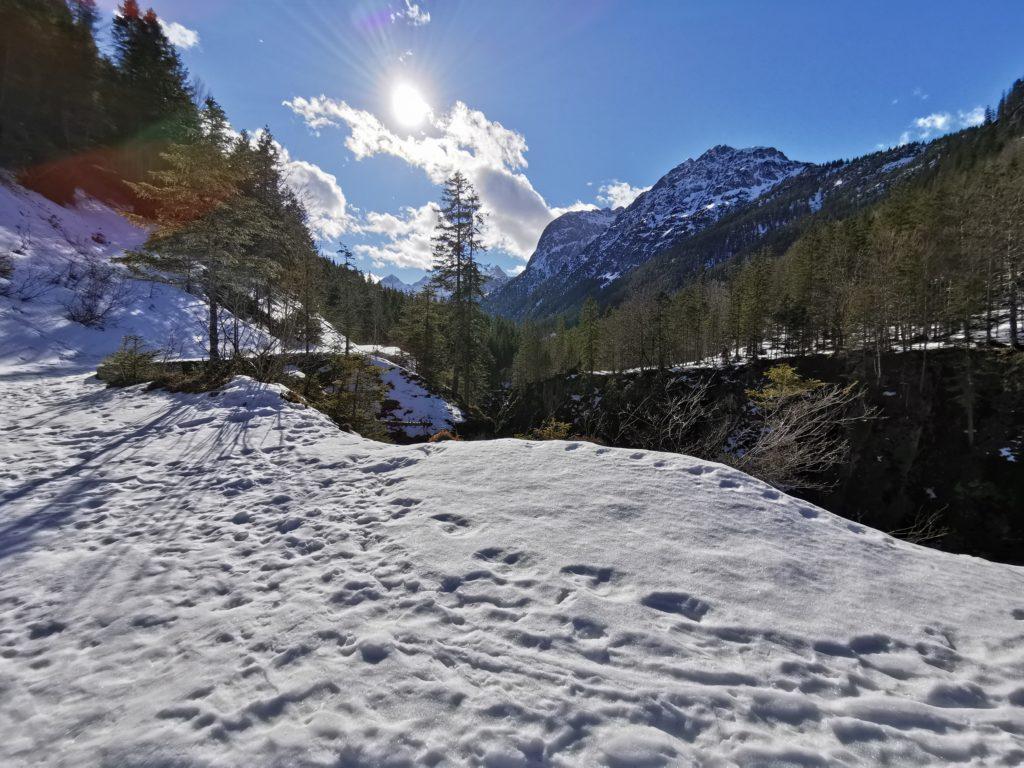 Ins Johannestal winterwandern - rechts fällt die Johannestalklamm ab
