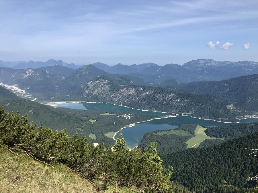 Der Sylvensteinsee von oben gesehen - beim Wandern in den Bergen