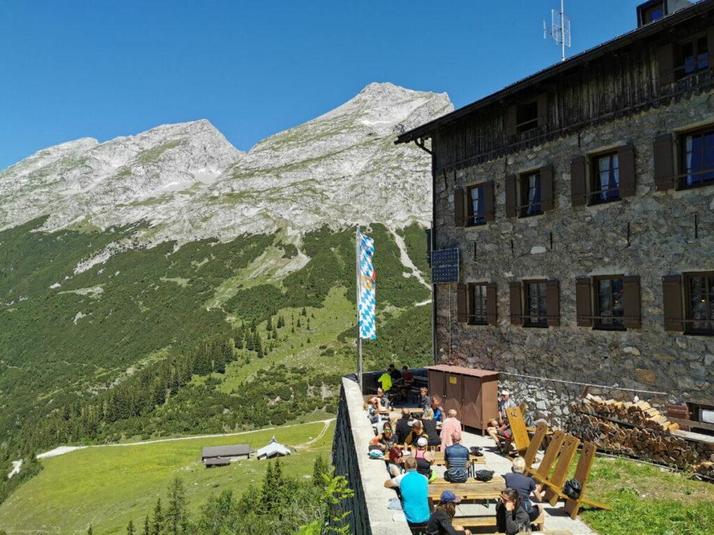 Bei schönem Wetter ist die Karwendelhaus Sonnenterrasse ein Traum