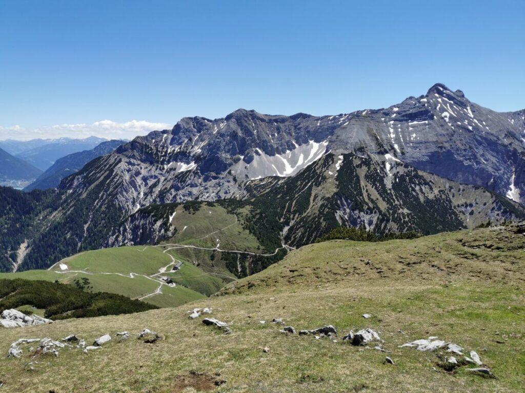 Ausblick am Satteljoch auf die Plumsjochhütte überragt von Bettlerkarspitze und Schaufelkarspitze