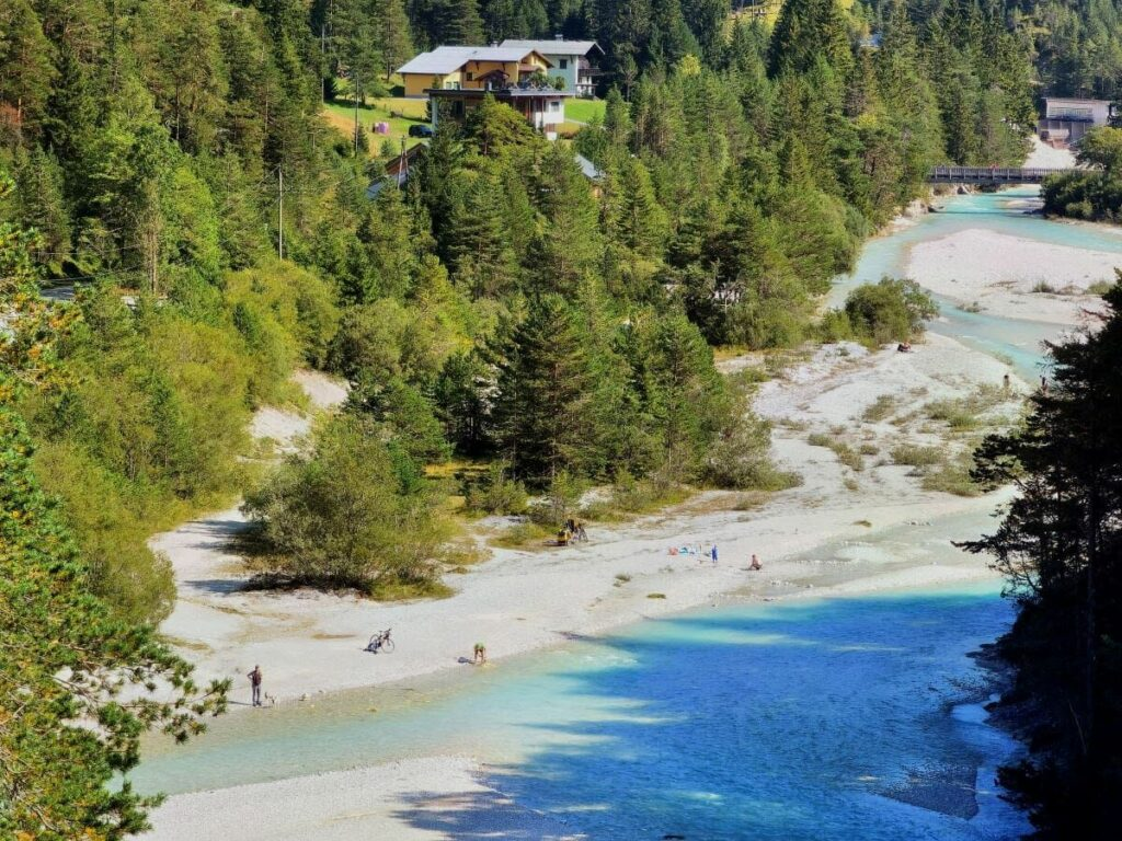 Naturpark Karwendel in Scharnitz - die junge Isar schimmert türkisgrün