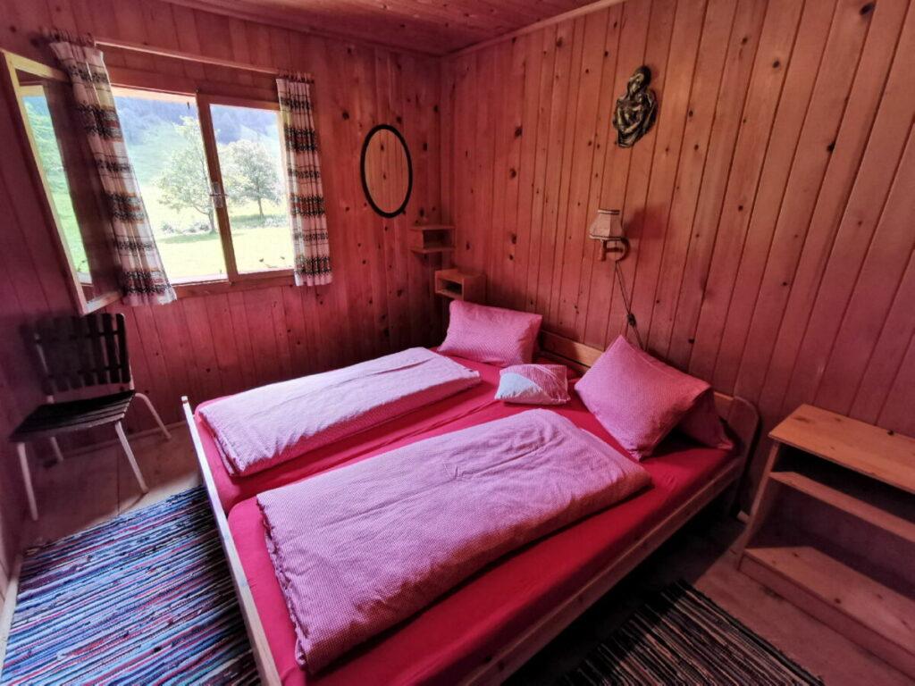 Das ist eines der Zimmer in der Nockhütte, im Almdorf der Engalm