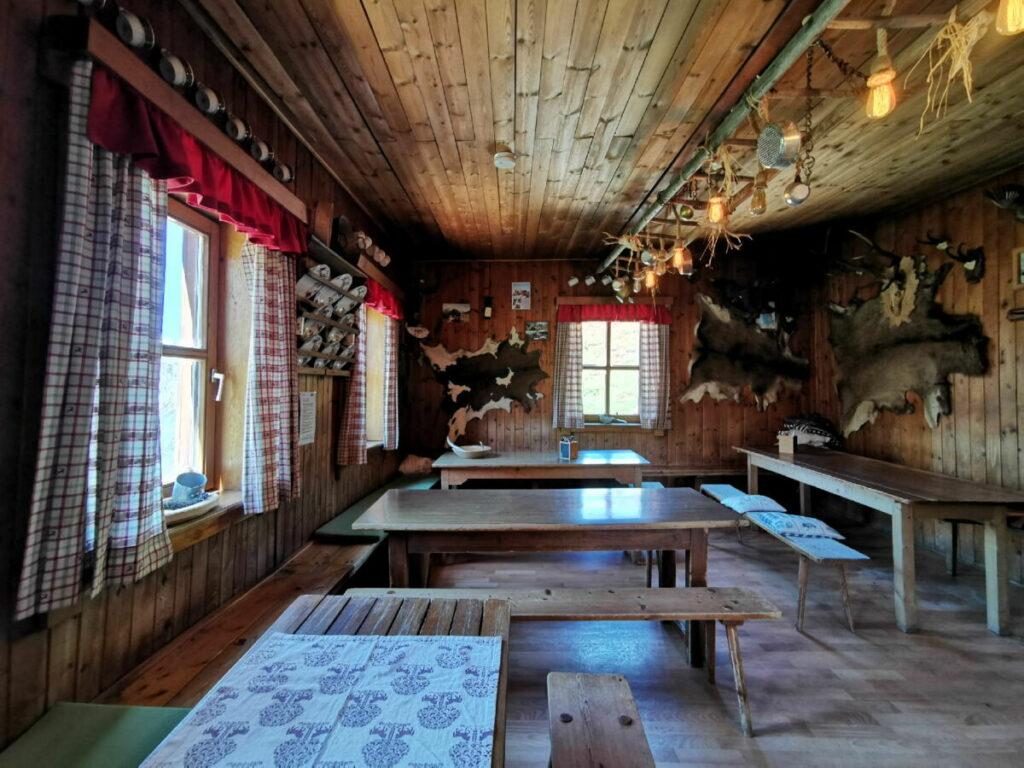 Die urige Stube auf der Plumsjochhütte im Karwendel