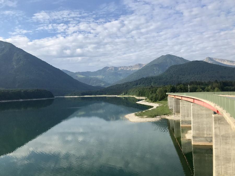 Die bekannte Brücke über den Sylvensteinsee, hinten die Berge des Karwendel