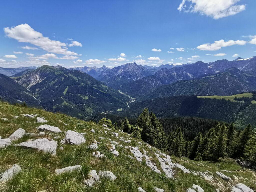 Aussicht vom Vorderskopf Gipfel über das Rißtal mit Hinterriss und das Karwendel