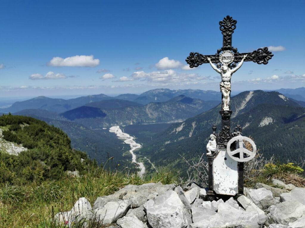 Das Vorderskopf Gipfelkreuz aus Guss - hinten im Bild dass Schotterbett des Rissbachs
