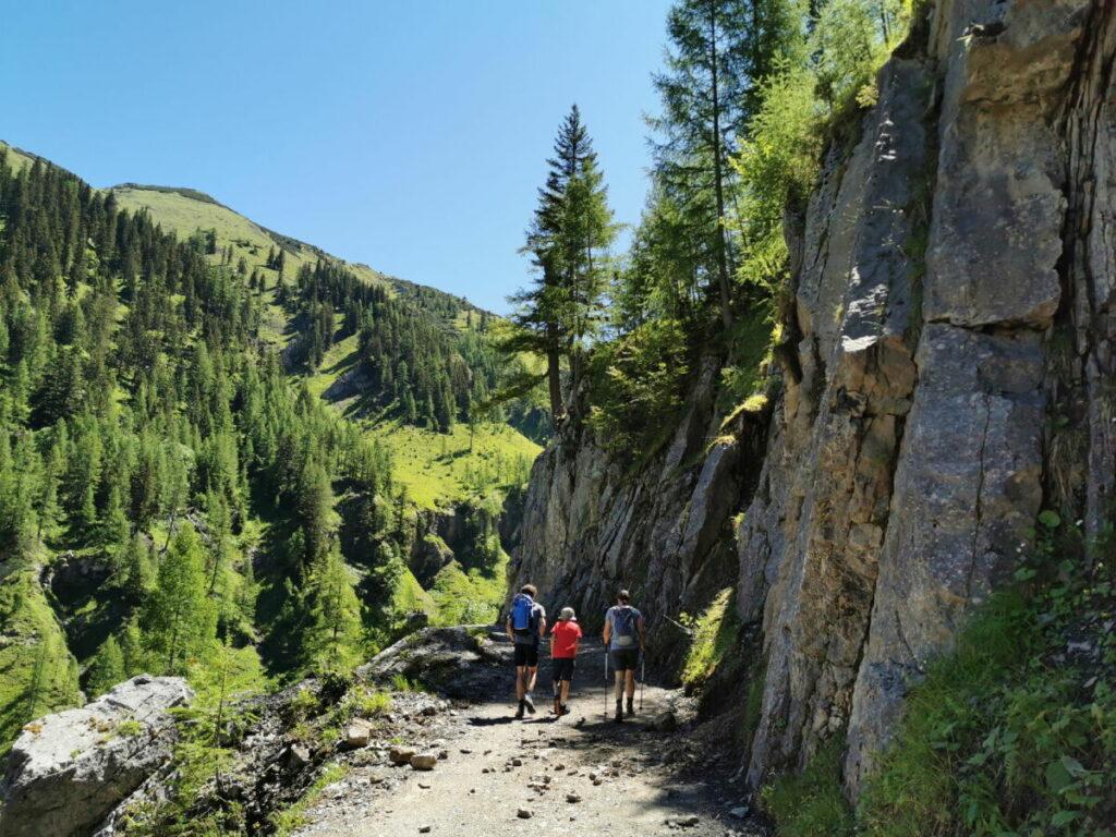 Dann geht´s entlang der steilen Felsen hinauf
